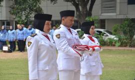 Petugas Pengibar Bendera pada Upacara Peringatan Hari Pahlawan ke-74