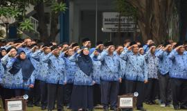 Pejabat serta Staff Direktorat Jenderal Sumber Daya dan Perangkat Pos dan Informatika (Ditjen SDPPI) saat melaksanakan Upacara Peringatan Hari Pahlawan ke-74