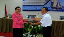 Kabalmon Kupang memberkan Cindramata berupa Pelekap kepada Wakil Bupati Manggarai Barat (drh. Maria Geong,phd) 13/11/2019