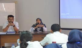 Kasubag Kepegawaian Siti Chadijah memberikan arahan kepada peserta Pelatihan Pembentukan Pengendali Frekuensi Radio (21/11).