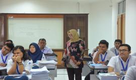 Dwi Arief Marhaeniati saat sedang memberikan materi pada kegiatan Pelatihan Pembentukan Pengendali Frekuensi Radio di Cidokom Cisarua, Bogor (21/11).