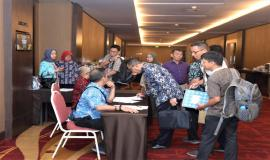 Peserta Undangan Workshop Analisis Beban Kerja Tahun 2019 sedang mengisi daftar hadir/registrasi 26/11/ 2019