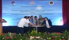 Menkominfo bersama dengan Menhub yang ditemani oleh Sekjen Kominfo, Dirjen SDPPI, Kepala BPSDM, dan Direktur Operasi Sumber Daya bersama-sama meresmikan Pusat Pelayanan Terpadu (14/1).