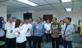Menkominfo Johnny G Plate bersama Menhub Budi Karya Sumadi yang ditemani oleh Dirjen SDPPI Ismail berkunjung ke loket pelayanan terpadu Ditjen SDPPI (14/1).