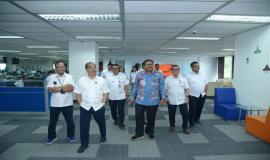 Dirjen SDPPI Ismail bersama dengan jajaran berkunjung ke ruang kerja baru Direktorat Operasi Sumber Daya dan Direktorat Penataan Sumber Daya di Wisma Antara, Jakarta Pusat (14/1).